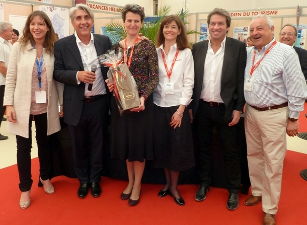 La lauréate en compagnie de Lucien Salemi et d'une partie du Conseil d'administration de Challenges Tourisme /photo JDL