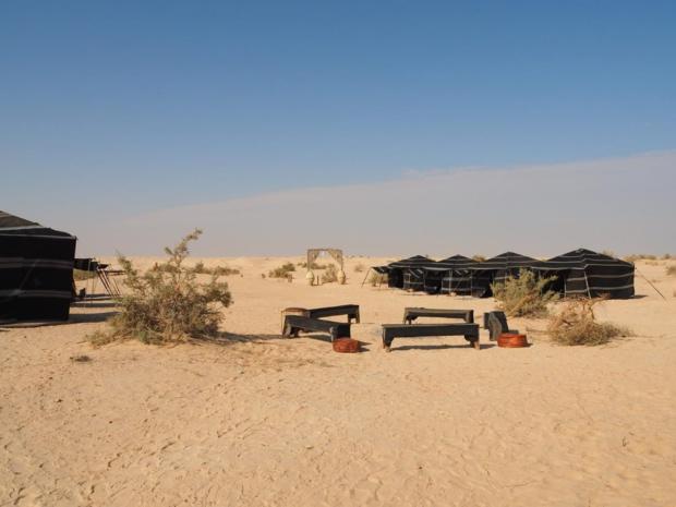 Le nouveau campement d'Ali Zaied à 25 km par piste de Douz. Respect des traditions berbères, utilisation de l'énergie solaire pour alimenter l'électricité et puiser l'eau - DR : A. Zaied