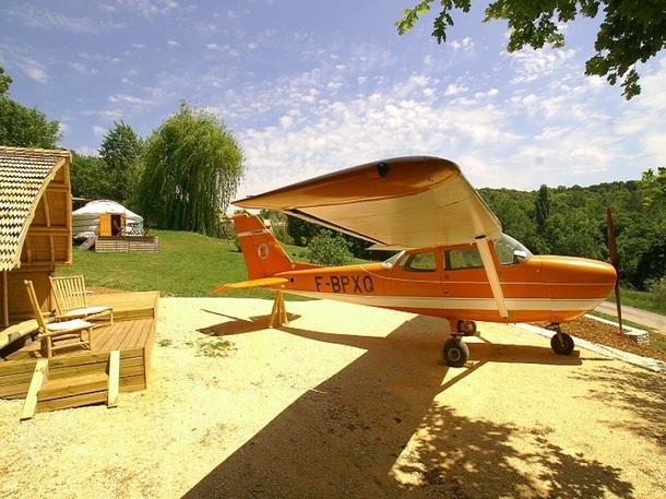 Natura Lodge a donné une seconde vie à un petit avion de tourisme, en le convertissant en chambre d'hôtes - Photo DR