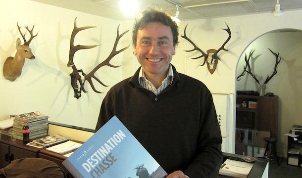 Benoît Maury-Laribière avec sa brochure sur la chasse - DR : LAC