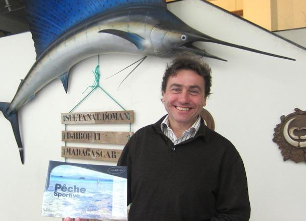 Benoît Maury-Laribière posant cette fois avec sa brochure pêche - DR : LAC