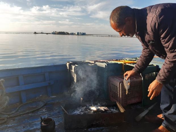 Poissons délicieusement grillés en petit-déjeuner. Au fond, l'îlot de la lagune El Bibane - DR : M.S.