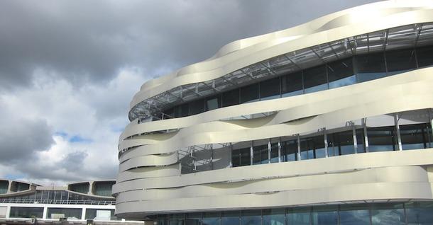 L'architecture élégante de la nouvelle jonction se détache clairement des bâtiments vieillissants des deux terminaux. DR - LAC