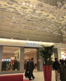 La boutique Hermès avec le superbe lustre qui renforce l'image luxueuse de la nouvelle galerie. DR.LAC