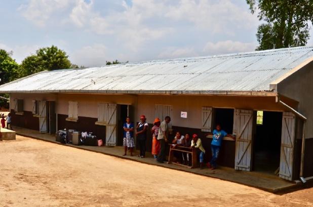 L'école avec, en fond, les bagages apportés remplis de matériel scolaire et de vêtements - DR : AFST