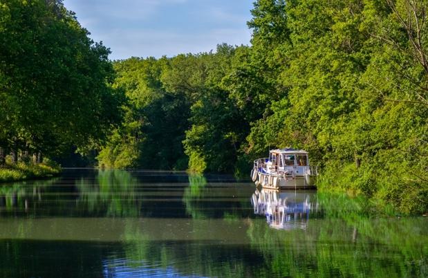 VNF présentera, à l'occasion des RNTF 2020, les principaux résultats de ses nouveaux « portraits de filières » : location de bateaux habitables sans permis, paquebots fluviaux, péniches hôtels, plaisance privée et bateaux promenade. - Depositphotos.com JaySi