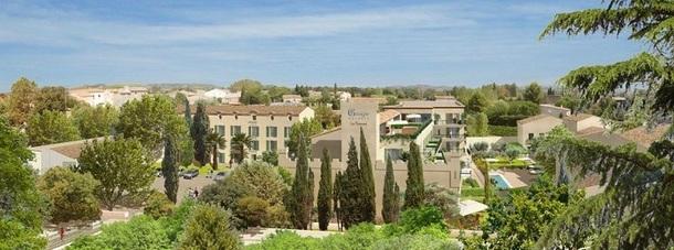 La Distillerie de Pézenas est situé au sein d'un beau village médiéval du Languedoc - Photo http://www.garrigae-resorts.com