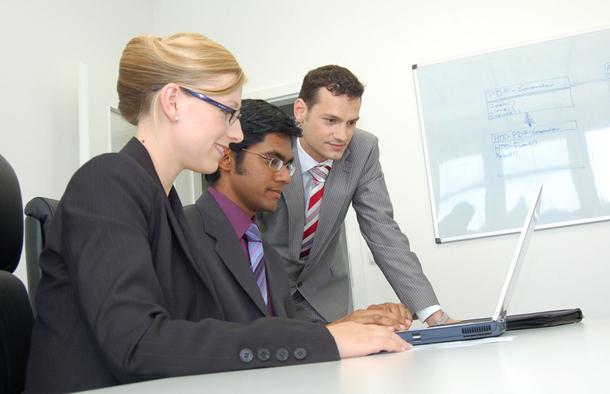 Le poste d'assitant marketing online donne la possibilité de connaître et de travailler avec de nombreux services dans l'entreprise. Et aussi de suivre un processus du début à la fin, depuis le brief initial jusqu'à l'analyse finale de l'opération. - DR : Photo-libre.fr