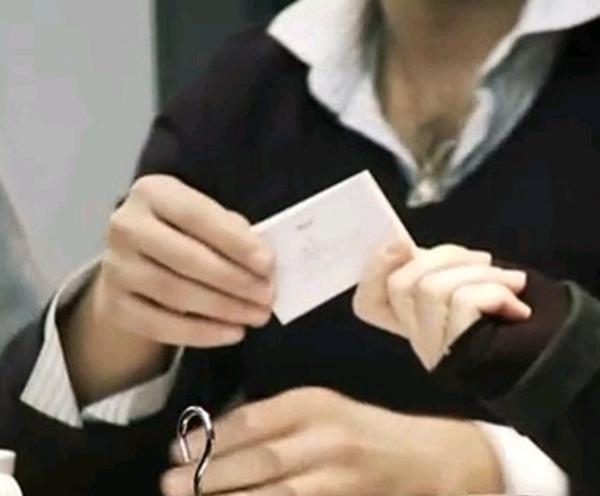 D'abord ici deux sésames: la carte de visite et la carte de crédit.  Carte de visite: c'est impressionnant comme les gens se précipitent sur votre carte. A peine croyable. Ils doivent les collectionner, en faire des albums, les mettre dans  des cadres au dessus de leur lit./photo dr