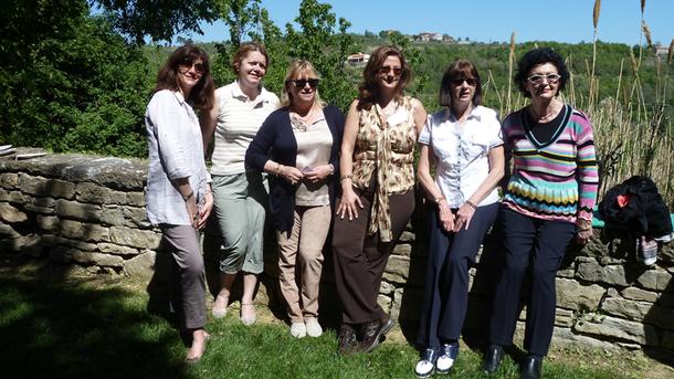 """Dans un décor joliment champêtre du village croate de Groznjan, à l'occasion d'un déjeuner offert par KTS, 6 représentantes des """"Femmes du Tourisme"""", participaient à la 14e Convention Ile-de-France - DR : M.SANI"""