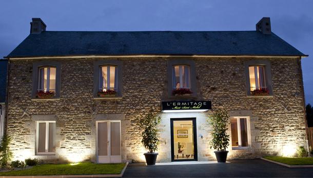 L'hôtel Ermitage Mont Saint Michel est revendu par des gros réseaux d'agences américains, comme Altour, Protravel Inc ou Frosch, et par le plus gros distributeur anglais, Kirker. En France, des agences très exclusives, comme Tselena Travel ou Voyages Feeling le revendent aussi. - DR