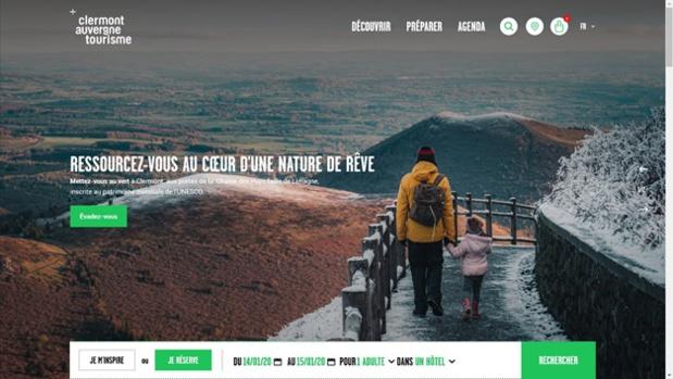Clermontauvergnetourisme.com propose une page d'accueil claire avec 3 éléments dans son menu et le moteur de réservation présent au dessus de la ligne de flottaison - DR