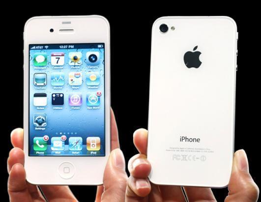 Révolutionnaire: les coins seront carrés. Personne ne l'imaginait, Apple l'a fait! On aura ensuite l'Iphone 5S avec 2 caméras au lieu d'une: équilibrant les parallaxes, il permettra de ne plus avoir une tronche ovale quand on se prend en photo soi même. Ni un énorme pif en forme de poire... /photo dr