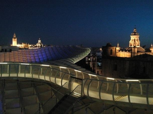 La passerelle du Metrosol Parasol recouvre entièrement la Place de l'Incarnation à Séville - Photo DR