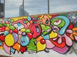 Supervisés par le graffeur Yosh, les collaborateurs de HRG France ont réalisé une fresque colorée en moins de 3 heures - Photo DR
