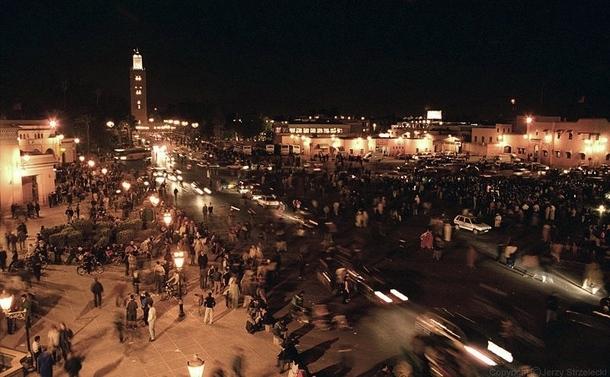 Le soir, ici les milles et une nuits, c'est plus qu'un conte, mais une réalité, comme sur la place Jamâa el Fna, la place qui ne se couche jamais - Photo Wikipedia licence Commons