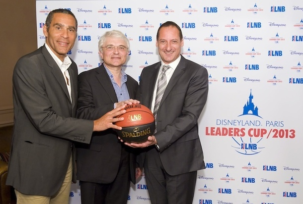 Richard Dacoury, le président de la commission marketing LNB, Alain Béral, le président LNB et Thierry Pedros, le vice-président alliances stratégiques Disneyland Paris posent devant le logo de la Disneyland Paris Leaders Cup LNB - DR