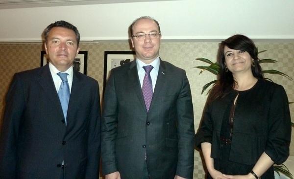 Hier, à l'issue de leur conférence de presse à Paris, Elyes Fakhfakh Ministre du Tourisme de Tunisie entouré par Ali Miaoui directeur général France de Tunis Air et Amel Hachani directrice de l'Office de Tourisme pour la France /photo MS