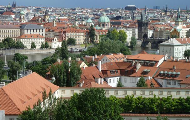 Prague vue de la colline du Château avec, à droite, le Pont Charles qui enjambe la rivière Vltava - Photo DR