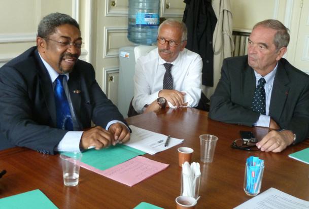 """Au siège du SNAV à Paris, le ministre du tourisme de Madagascar, Christian Orofino président de la commission """"tourisme durable"""" du SNAV et Georges Colson président du SNAV."""