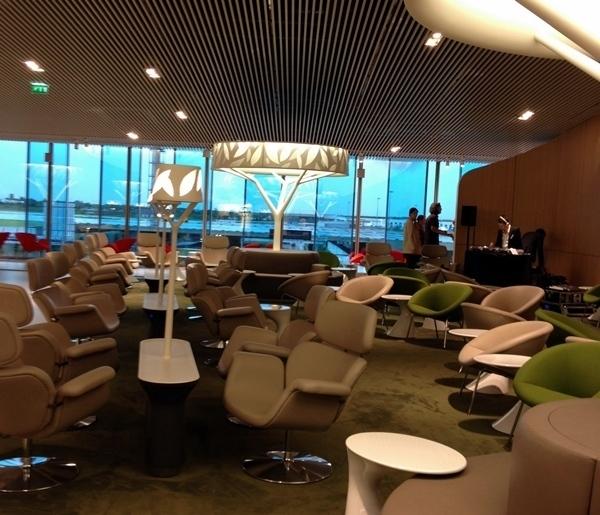 Le salon Affaires d'Air France situé entre la boutique Hermès et la boutique Dior peut tenir la distance avec les meilleurs lounges au monde : 13 millions d'euros investis pour accueillir simultanément 620 clients tout en occupant que 85% de la capacité./photo dr