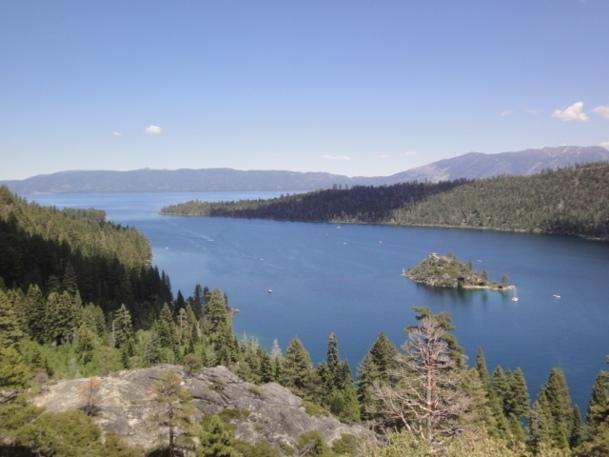 C'est à 2000 mètres d'altitude que se niche le lac Tahoe, lagon de lapis lazuli translucide dans un écrin de bois émeraude. Émerveillement obligatoire et regard levé vers les stations de ski qui le surplombent à plus de 4000. - DR
