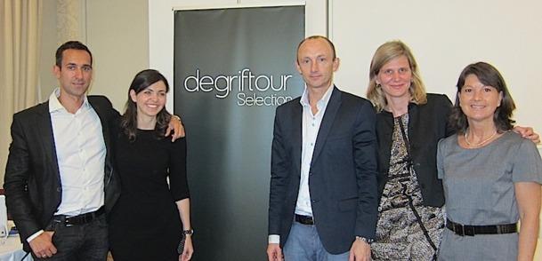 L'équipe de Lastminute.com pose autour du logo du nouveau site de vente privées Degriftour. DR-LAC