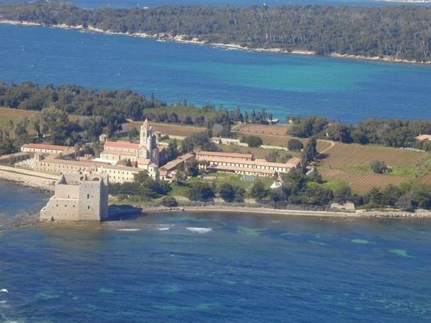 L'île de Saint Honorat, au large de Cannes, accueille l'Abbaye de Lérins, dont les moines ont le monopole de la desserte maritime - Photo DR