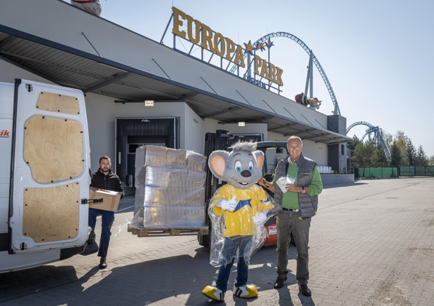 Roland Mack (propriétaire d'Europa-Park) préparant la livraison de ponchos. - DR