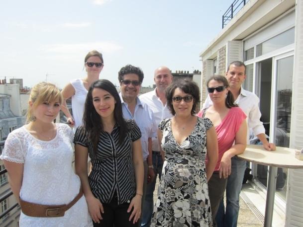 L'équipe de Tour Indicom prend la pose sur la terrasse de leurs bureaux parisiens. DR-LAC