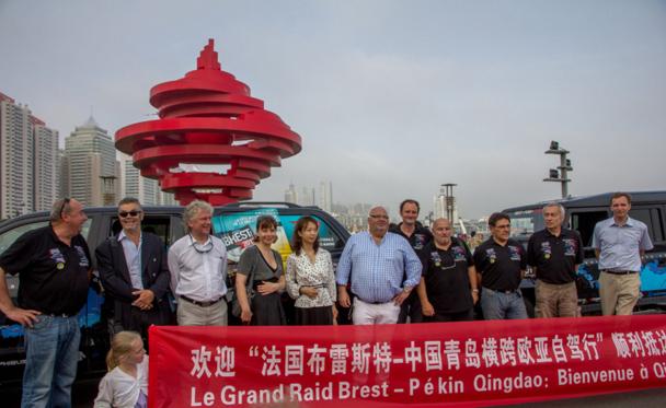 L'équipe du Raid, composée de Jean Lallouet, Yann Rivallain et Igor Amromin, a été accueillie à Qingdao par les autorités de la ville en présence de Michel Salaün et du maire de Brest, François Cuillandre - DR