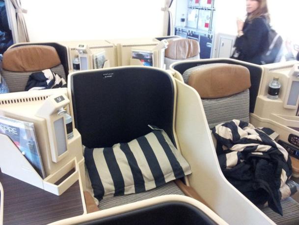 Le siège-lit s'incline à 180°. Grâce à un tableau de bord situé près de l'accoudoir, la transformation est rapide proposant différentes positions allant de l'assise au couchage.  - Photo CD