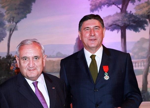 C'est l'ancien premier ministre Jean-Pierre Raffin qui a remis les insignes à Didier Le Calvez - Photo DR