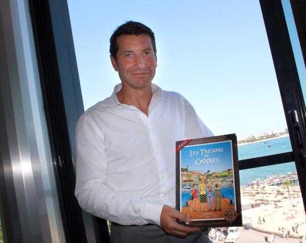 """David Lisnard, premier Adjoint délégué à la Ville de Cannes chargé du tourisme présente la BD """"Trésors cachés de Cannes"""" - Photo DR"""