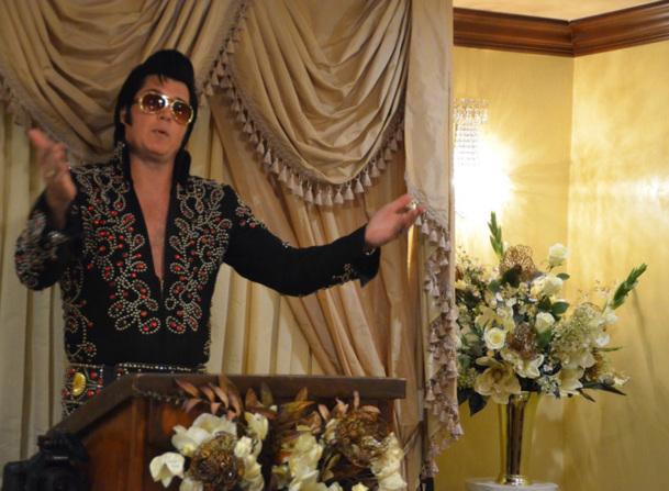 Le King est encore plébiscité dans les chapelles de noces comme celle de Graceland. Cependant, petit à petit, ce sont de nouveaux personnages qui ont la vedette dont notamment le roi de la pop, Michael Jackson.  Photo CD
