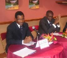 S.E El Hadj Bada Hamadou, Ministre du Tourisme Camerounais (à gauche) et Paul Ngamo Hamani, directeur général de Cameroun Airlines