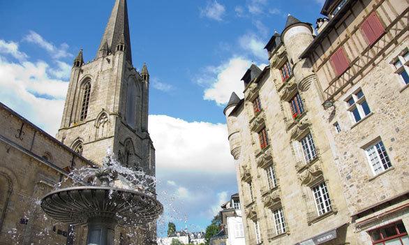 Au programme du circuit notamment la découverte de la place de la Cathédrale où F. Hollande nouvellement élu a prononcé son discours le soir du 6 mai - Photo OT de Tulle