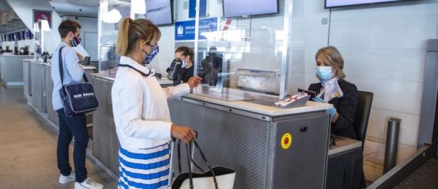A l'aéroport, application de la distanciation physique, comptoirs équipés de Plexiglass... /crédit photo AF