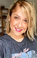"""Saliha Hadj-Djilanie, podcasteuse de la série """"Voyagez confiné"""" sur la chaîne de podcasts """"Les Podtrips de Saliha"""""""