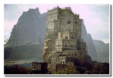 Sanaa, la ''Manahatann du désert'', est la capitale du Yémen. Elle compte 1,3 millions d'habitants et est située à 2350 mètres d'altitude