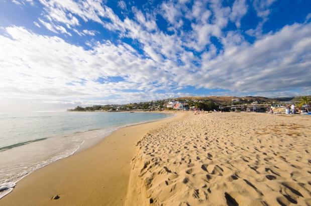 """""""Les destinations Antilles, Réunion et Tahiti représentent 60% de notre activité, c'est une vraie bonne nouvelle pour Exotismes"""". Ici, la plage de Saint-Gilles à La Réunion - Depositphotos.com, fontaineg974"""