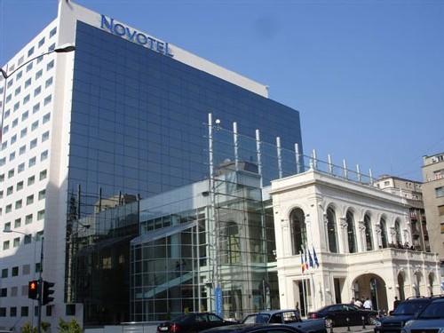 Le Novotel Bucarest, avec sa façade reconstruite à l'identique du théâtre qui occupait les lieux auparavant
