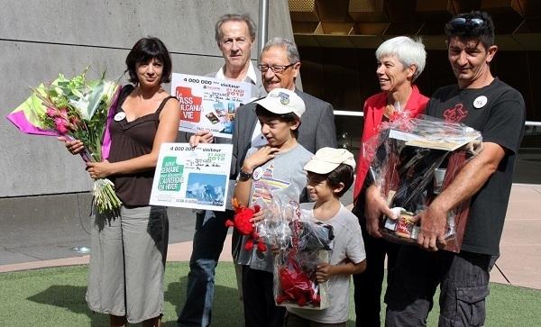 Accueillis, notamment pas l'acteur Gérard Klein, les 4 000 000e visiteurs de Vulcania ont été couverts de cadeaux - Photo DR