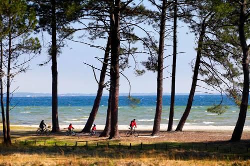 A vélo le long de la plage landaise. Ici à Biscarosse. Alain Vacheron. CRTNA.
