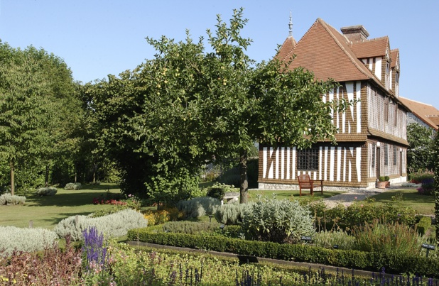 """Dans son cadre ô combien normand, la maison """"des champs"""" de Pierre Corneille (16e siècle) avec une partie de son potager et de son verger - DR : Rouen Normandie T.C."""