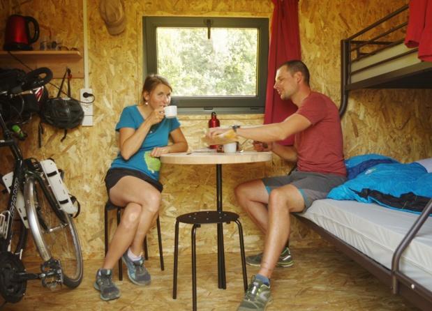 Pour les randonneurs, la cabane comprend trois couchages adultes, un coin repas, une zone bagagerie - DR : Hello Cabanes