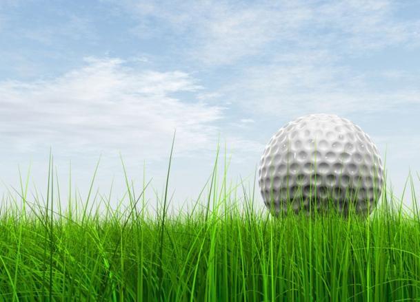 Sans être un golfeur émérite, vous pouvez vendre des séjours golfiques à vos clients. Il suffit pour cela d'apprendre deux ou trois termes techniques et de s'entourer de spécialistes qui sauront vous épauler. / photo Fotolia