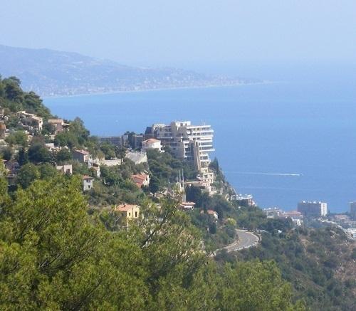 Perché sur son rocher, face à la mer, le Vista Palace Hôtel est désormais classé 5 étoiles - Photo Michel Bovas