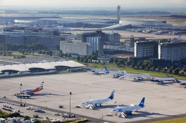 l'avion, de faible capacité, n'était pas relié à l'aérogare par une passerelle télescopique - Photo : Aéroports de Paris - LUIDER, Emile - LA COMPANY