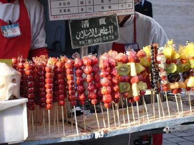 Brochettes gourmandes sur le marché Donghuame